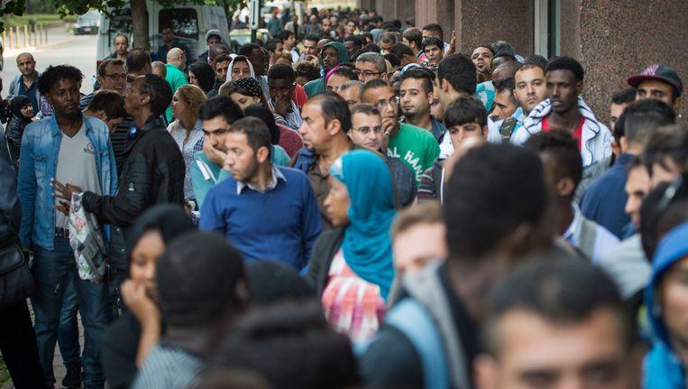 Asiselzoekers wachten aan het Commissariaat-Generaal voor de Vluchtelingen in Brussel. Foto uit augustus 2015.