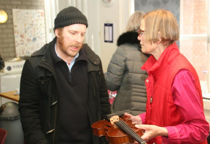 Links: muzikant Max Swagemakers, rechts Marjo Stuifmeel, de kleindochter  van vioolbouwer Jan van Gorp.