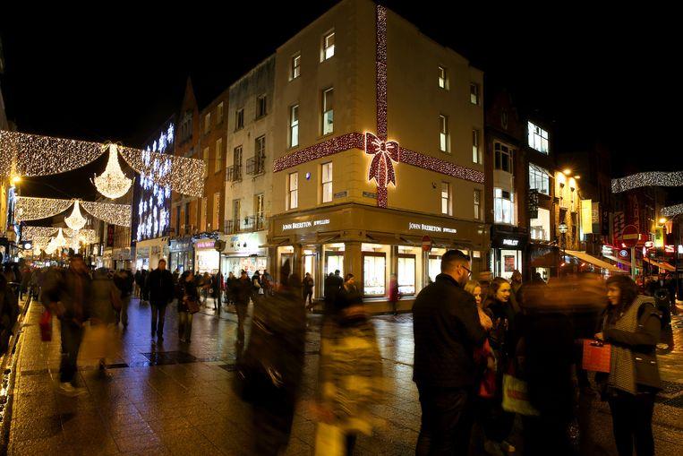Door het stijgende consumentenvertrouwen is het weer druk in Grafton Street, een grote winkelstraat in Dublin. Beeld PA Archive/Press Association Images