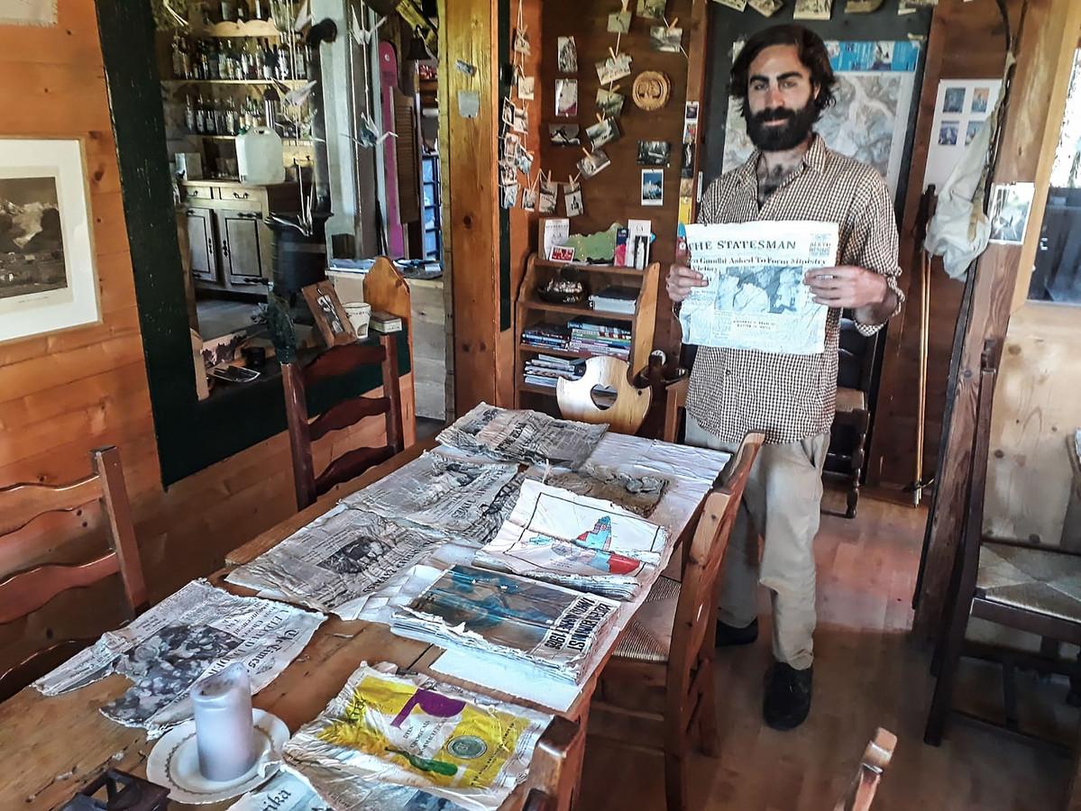 Thimothée Mottin met de Indiase kranten in zijn restaurant.