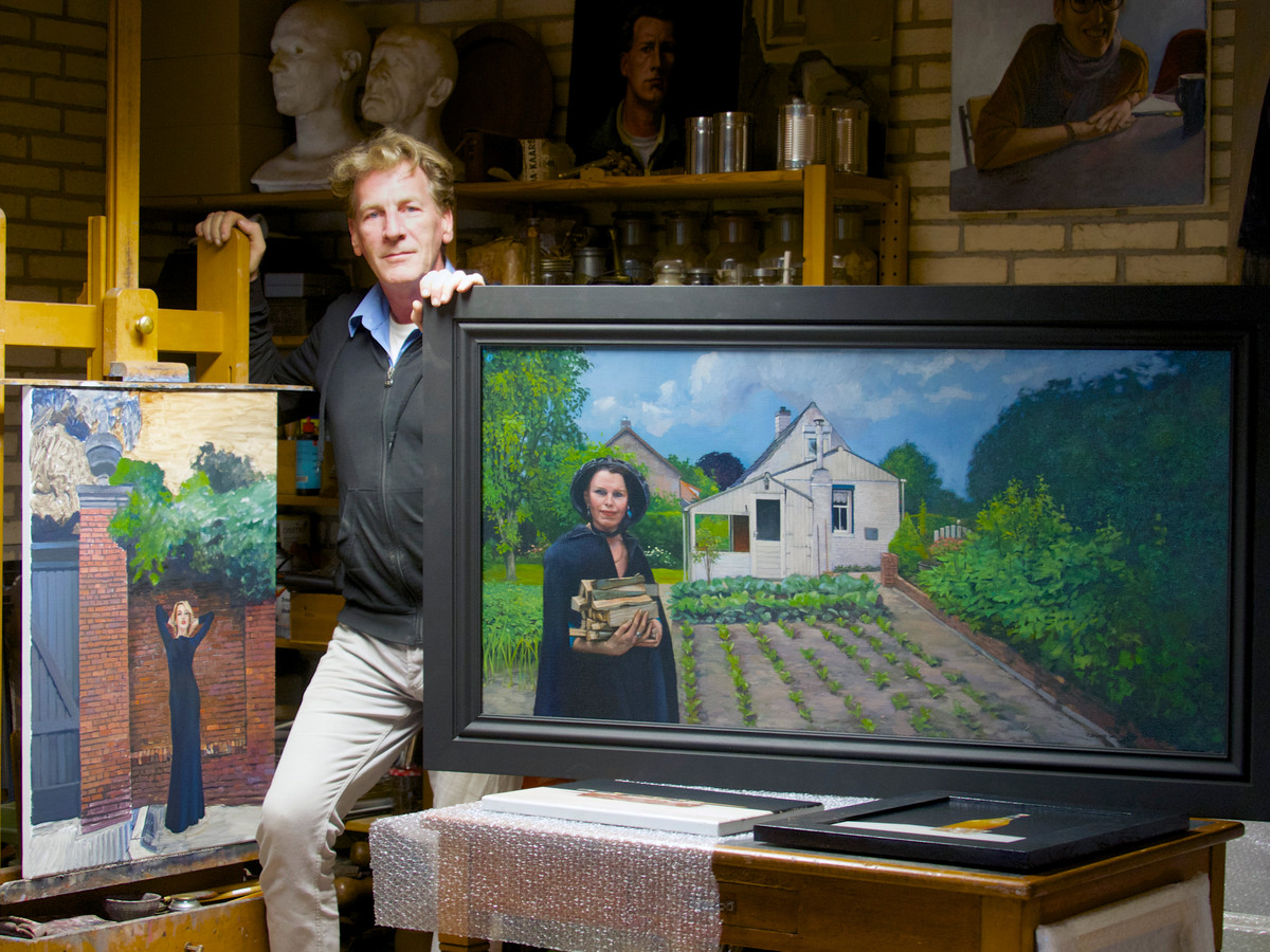 Roeland van der Kley bij één van zijn streekschilderijen.