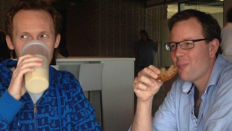 Frank Beijen (links) aan de lunchtafel met een collega van Quest op de redactie in Amsterdam. Beeld Frank Beijen