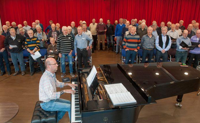 Een repetitie van het Scheldeloodsenkoor onder leiding van dirigent Rob van der Meule aan de piano. Archieffoto uit 2017.