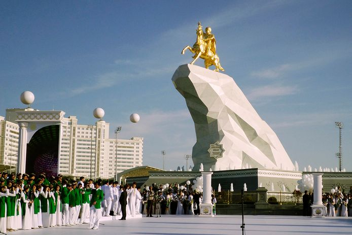 Gurbanguly Berdymukhamedov in goud op een paard. Het voetstuk bestaat uit marmer.