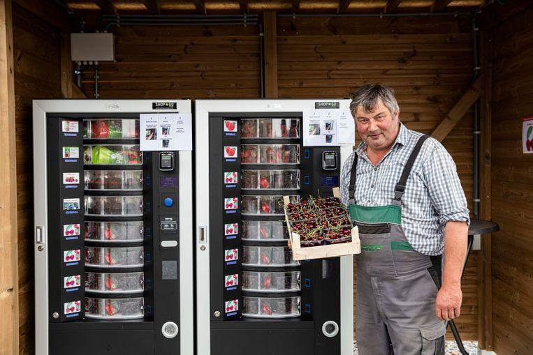Piet Porrey aan zijn fruitautomaten.