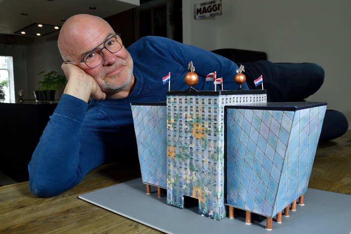 """Willem van Roozendaal bij de maquette van zijn ontwerp:""""Ik ben geen architect. Maar mocht mijn ontwerp wél in de smaak vallen, dan denk ik uiteraard graag mee.''"""