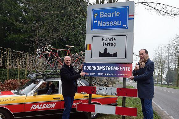 Wethouder Nico Sommen van Baarle-Nassau ontvangt het bordje 'doorkomstgemeente' van de Vuelta.