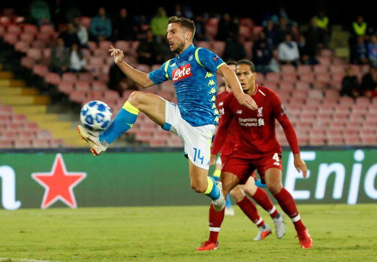 Mertens in actie in de heenmatch tegen Liverpool. Virgil van Dijk kijkt toe.