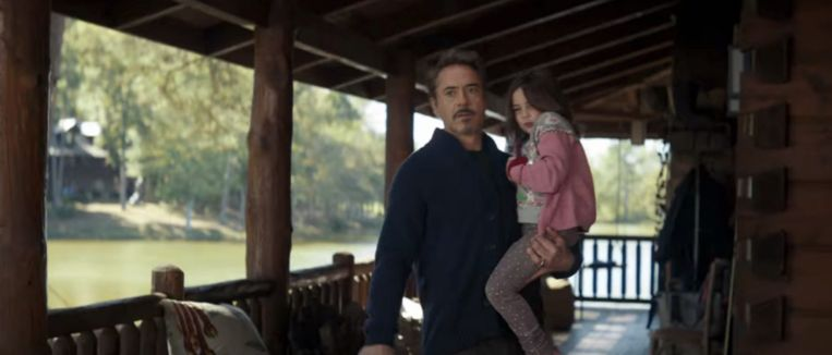 Robert Downey Jr. als Tony Stark in zijn chalet.