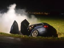 Auto belandt in sloot en vliegt in brand in Beuningen