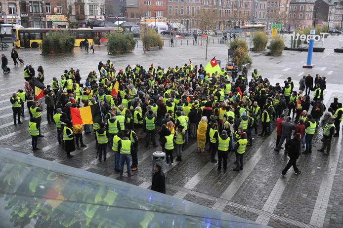 Belgische 'gele hesjes' komen samen om de overleden mededemonstrant Roger B. te herdenken.