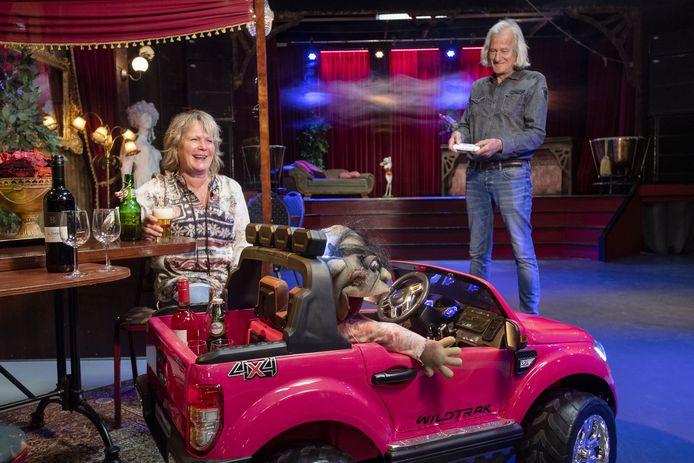 Henk en Hetty Bakker hebben hun Mystiek Theater coronaproof gemaakt. Zo worden drankjes per trapauto gebracht, op afstand bestuurbaar.