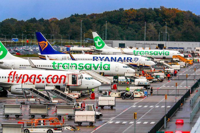 Beeld uit oktober vorig jaar: vliegtuigen staan klaar op Eindhoven Airport om passagiers naar allerlei zonnige en culturele bestemmingen te brengen.