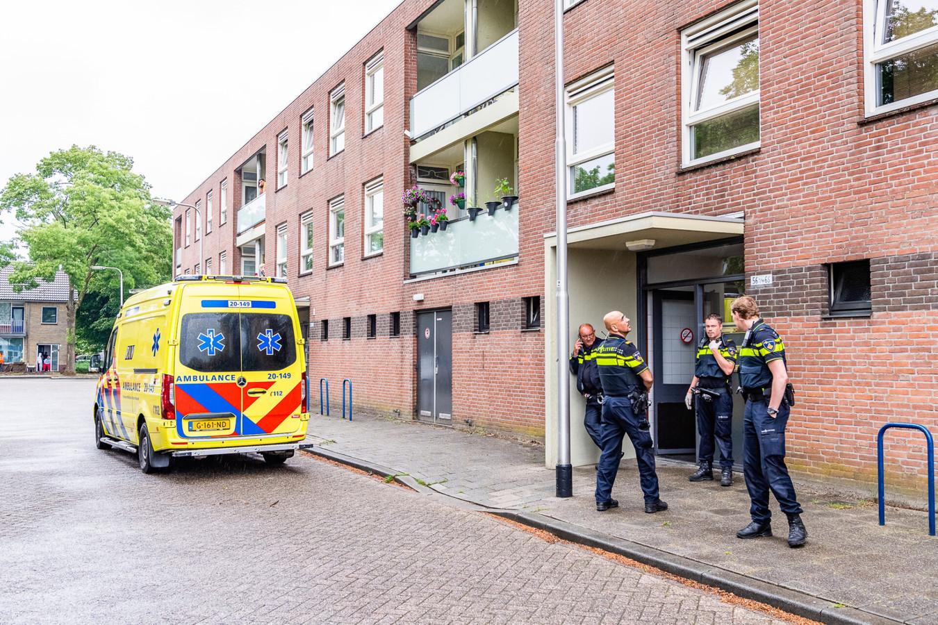 Hulpdiensten bij de woning waar een vrouw is neergestoken in Tilburg.
