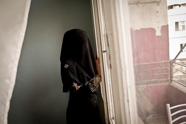 Een uit Syrië gevluchte vrouw in een stadje in Zuid-Turkije. Ze was lid van een vrouwenbrigade van IS. De nationaliteit van de vrouw is niet bekend. Beeld NYT