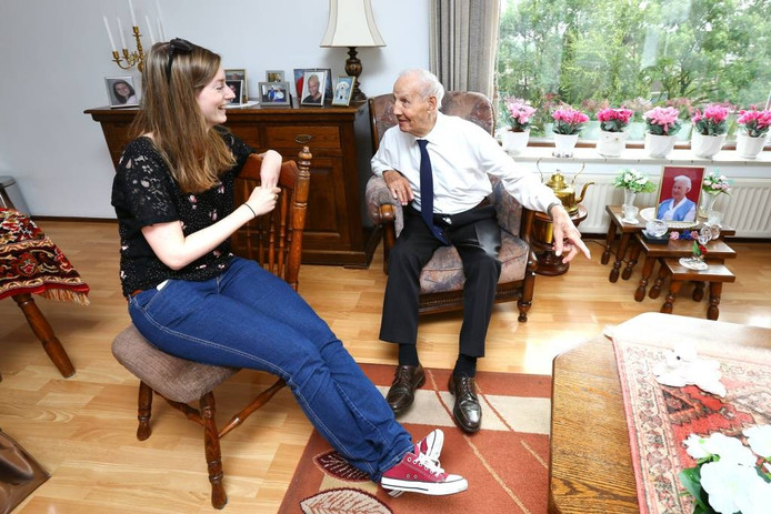 HAN-studente Séverine Oudhof met de 95-jarige Arnhemmer Gradus Adriaensen. foto Tamara Reijers
