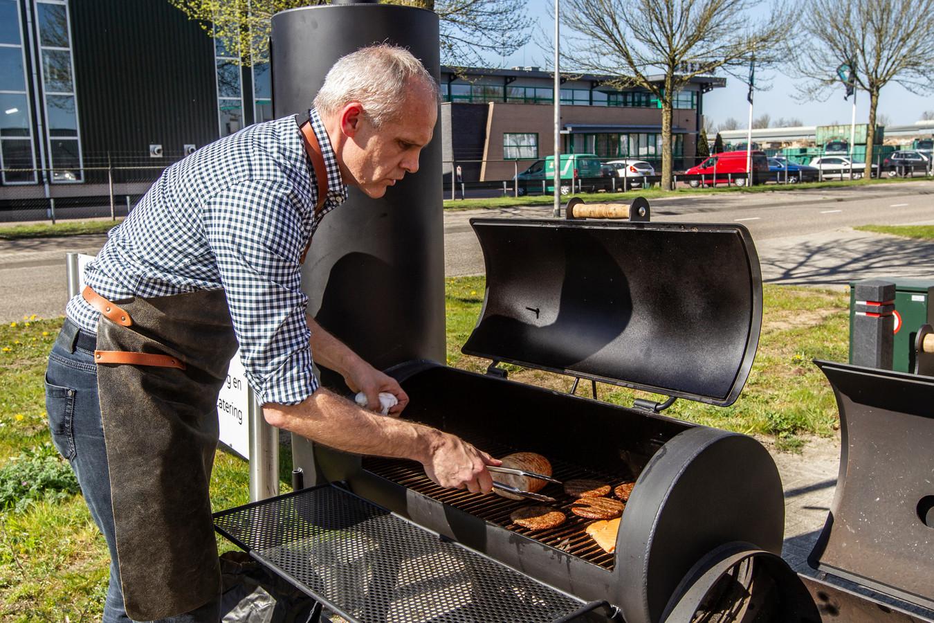 Roy Heetkamp, zoon van de befaamde bbq-expert Nols Heetkamp, verkoopt deze dagen volop bbq's.