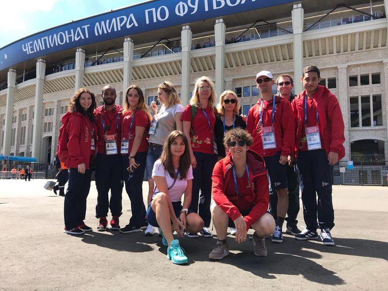 Nancy Christiaens (rechts vooraan) op het WK in Rusland met haar collega-vrijwilligers.