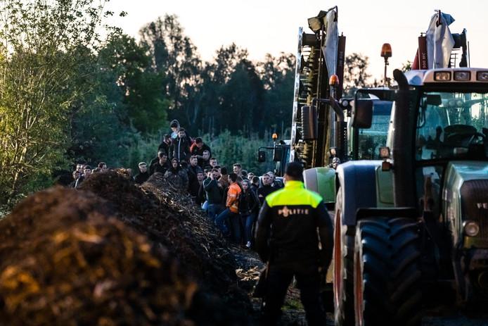 BOXTEL - Dierenactivisten bezetten een boerderij in Boxtel en demonstreren voor een beter welzijn van dieren in de veehouderij. Boze boeren zijn toegestroomd voor een tegendemonstatie.