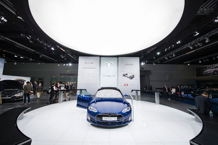Een Tesla Model S staat te glimmen op de autobeurs van Frankfurt in 2015.  Beeld AFP