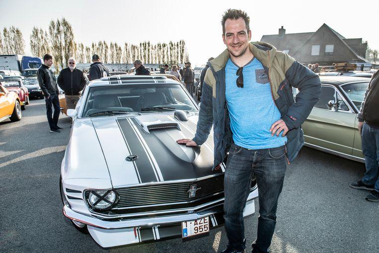Ken Van Accolyen bij z'n Ford Mustang.