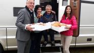 Burgemeester Dewael trakteert eerste kampeerders op ontbijt op bed