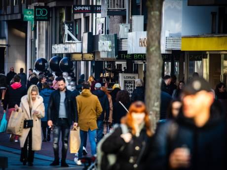 Dordrecht zet alles op alles om mensenmassa in centrum in goede banen te leiden