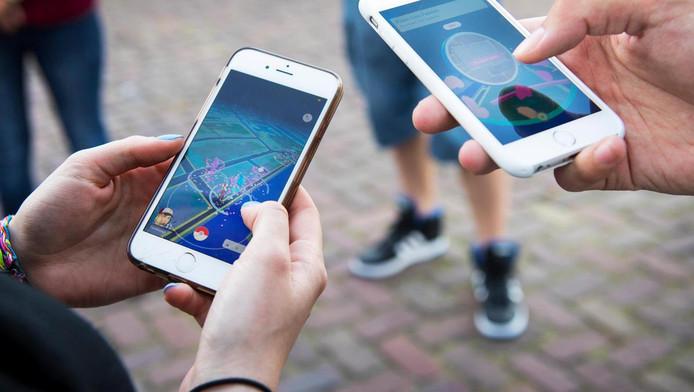 Gamers spelen het mobiele spel Pokemon Go, waarin spelers met hun smartphone moeten rondlopen om Pokemon te vangen. De app van Nintendo is wereldwijd een gigantische hype.