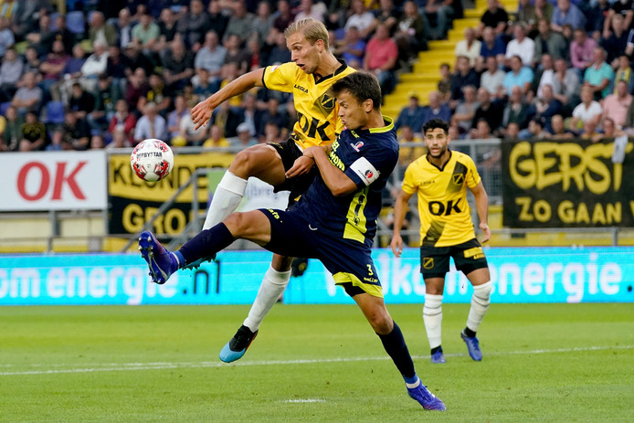 In de eerste helft hadden de verdedigers van Helmond Sport geen vat op NAC. Ook Ferry de Regt niet.
