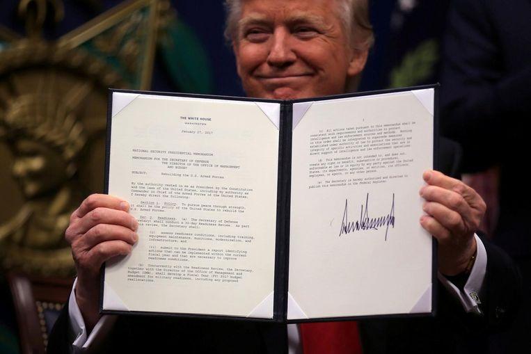 Donald Trump ondertekende deze week meerdere decreten. Beeld reuters