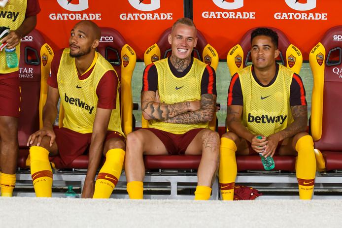 Steven Nzonzi (links) op de bank van AS Roma met naast hem Rick Karsdorp (inmiddels verhuurd aan Feyenoord) en Justin Kluivert.