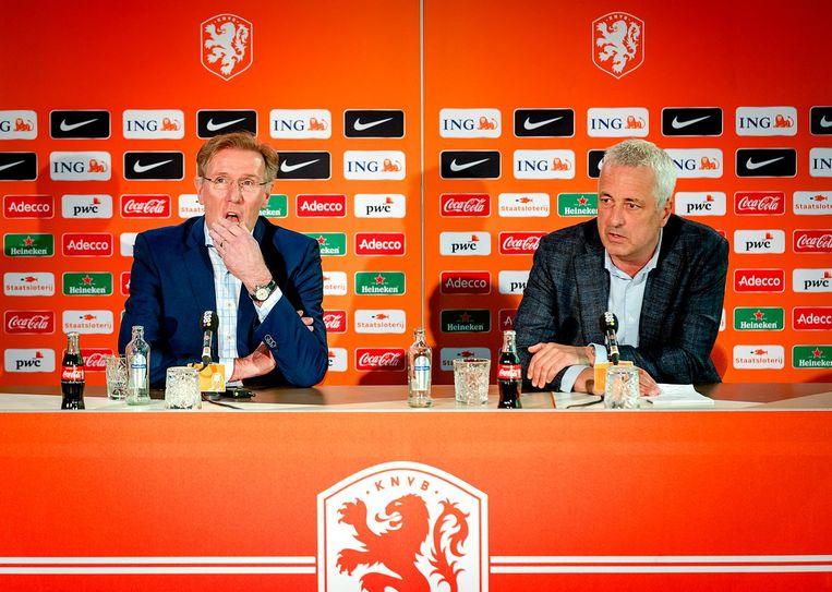 Directeur betaald voetbal Jean Paul Decossaux en technisch directeur Hans van Breukelen tijdens de persconferentie vandaag. Beeld anp