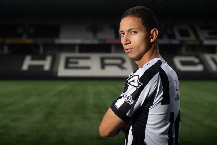Mauro Júnior is op zijn plek in Almelo, waar de trainer het hem niet makkelijk maakt.