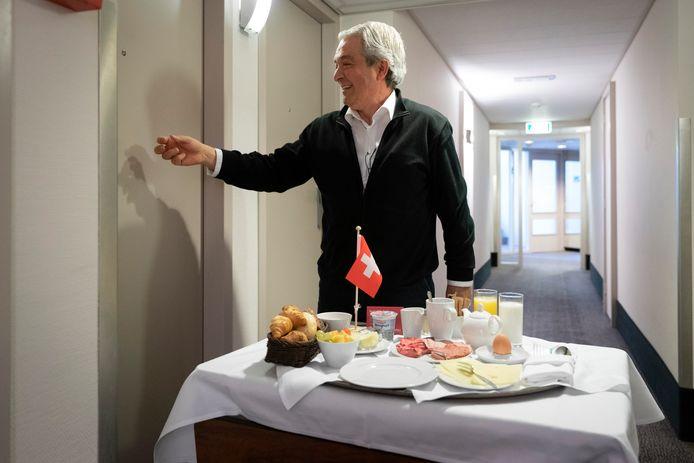 Tijd voor ontbijt. Angelo, medewerker van het Mövenpick Hotel in Den Bosch zet het klaar voor de deur van een van de gasten. Vanwege de coronacrisis verblijven er slechts een paar gasten in de hotels.