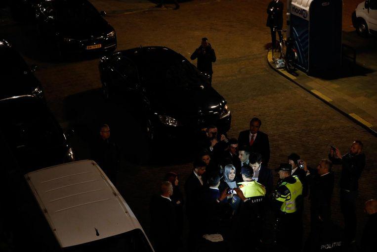 Nog een foto van Freek van den Bergh, van de aanhouding van de Turkse minister in de buurt van het consulaat. Beeld Freek van den Bergh / De Volkskrant
