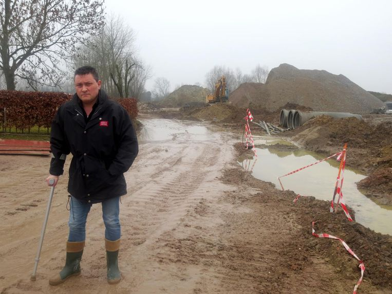 Bewoner Dirk Boonen is uitgegleden in de modder en houdt er een verstuikte voet aan over.