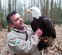 The eagle had landed: Robin Meijer, hoofdvalkenier van de Beekse Bergen, torst 19 februari Lady Maya op zijn handschoen.