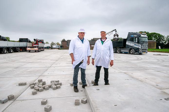 Kees (l) en Jan Diepeveen poseren op de plek waar de tijdelijke slagerij komt. Het oude bedrijfspand is door brand verwoest.