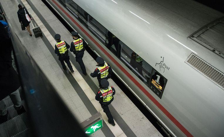 Duits veiligheidspersoneel bij een hogesnelheidstrein in Berlijn (Archiefbeeld).