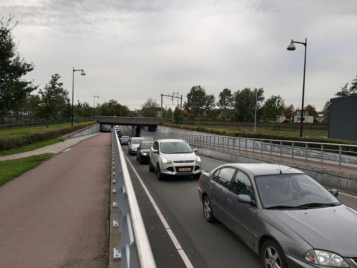 Verkeersinfarct rond Omnisport Apeldoorn. Verkeer op de Zutphensestraat staat vast bij de tunnel.