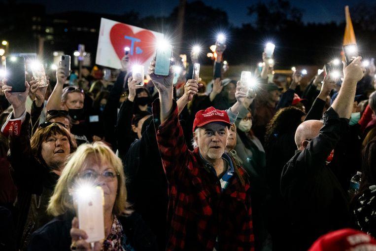 Aanhangers van president Donald Trump verzamelden zich voor het militaire ziekenhuis waar bij is opgenomen. Beeld EPA