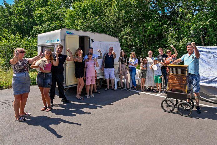 Sinds 1 juni hebben woonwagenbewoners een kampje opgezet op bij sportpark Vierhoeven. Zij zijn het getreuzel rondom de aangekondigde extra staanplaatsen beu.