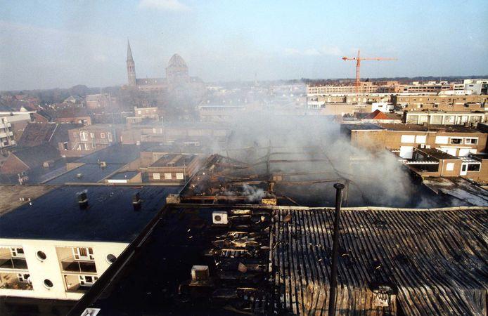 Modehuis HoutBrox smeult op 22 januari 1998 nog na van de brand die het pand compleet verwoestte.