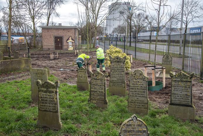 De grote storm van 2018  hield flink huis op de begraafplaats. Er moesten toen verschillende bomen gekapt worden.