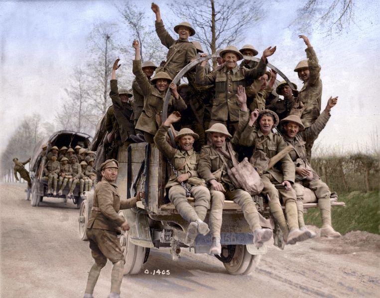 Canadese soldaten keren terug van Vimy Ridge.  Beeld Canadian War Museum George Metcalf Archival Collection