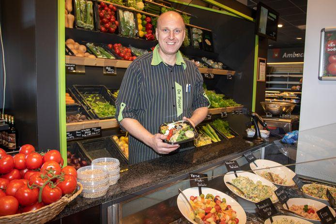 Groenteman Dirk van Buuren toont een zelf gesneden Italiaanse salade.