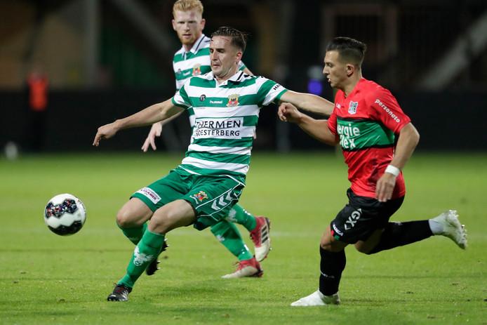 Jeff Stans van Go Ahead Eagles houdt Brahim Darri van de bal in wedstrijd tegen NEC.