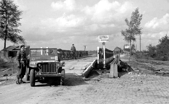 Axel, 19 september 1944: Poolse genietroepen bouwen bij de Derde Verkorting over het zijkanaal de 'Gdyniabridge'. De Polen kunnen nu hun met tanks oprukken, de Duitse linies doorbreken en Axel bevrijden. fotograaf onbekend - Archief Oorlogsmuseum Gdynia, Axel