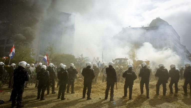 Nederlandse ME'ers worden ingezet bij het boerenprotest. Beeld epa