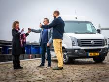 Stichting Geef het Dordt krijgt bus van Lionsclubs en AA Rental: 'Die was zo nodig'